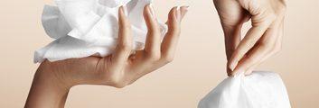 Islak Mendil ve Kadın Elleri